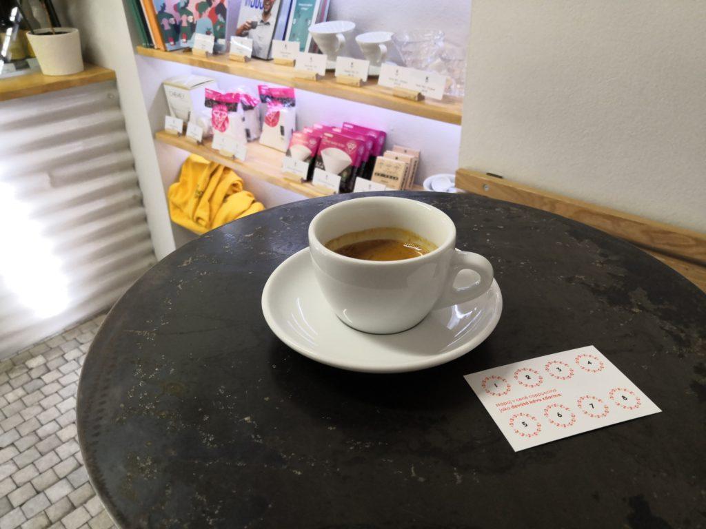 Espresso v Kafe Karlín